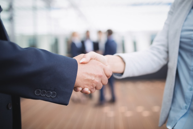 Businesspeople shaking hands Free Photo